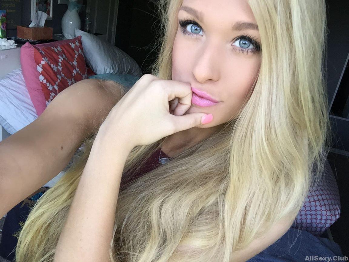 Megan Nuzum, Hot Blonde Nude Selfies