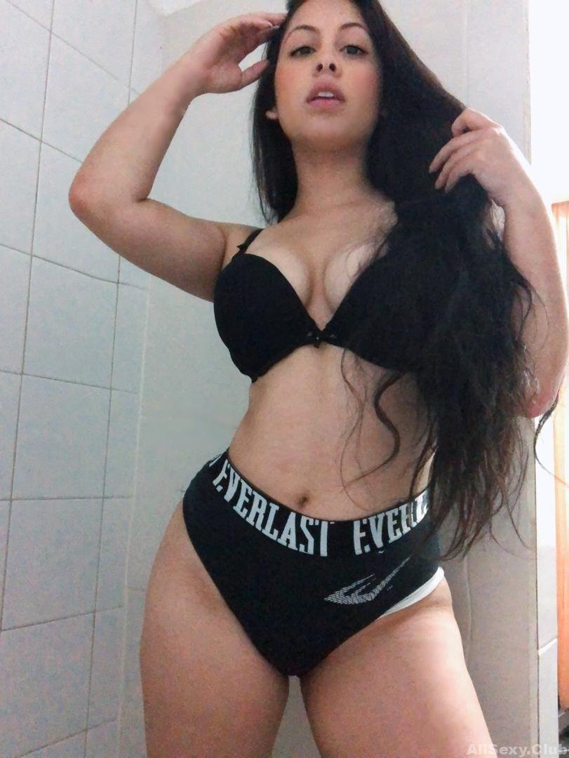 Gorgeous Amateur Babe Topless Selfies
