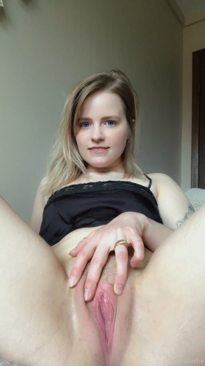 Cute girl with juicy pink pussy @blondpeche